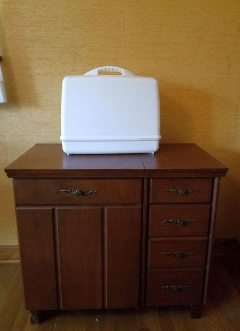 Auction Ohio | Sewing Machine & Cabinet